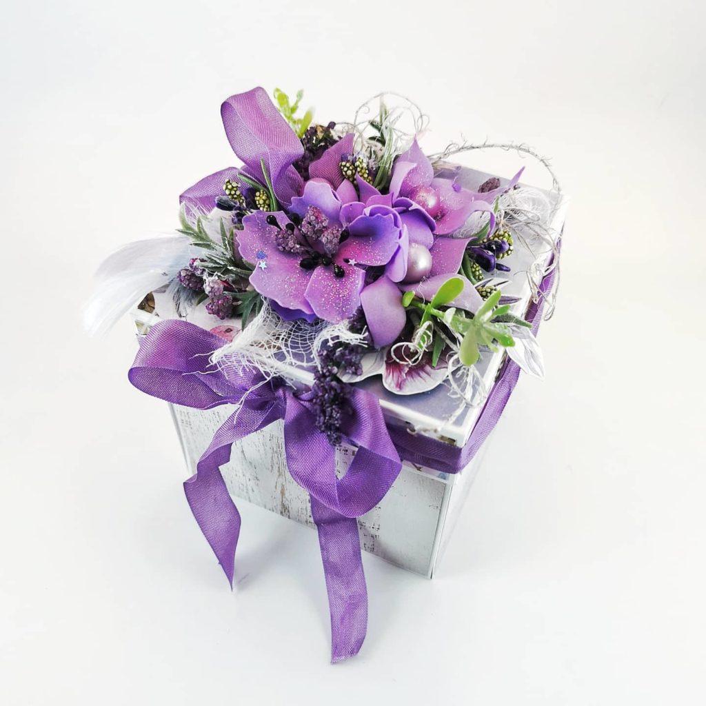 Bogato zdobione pudełko z ręcznie robionymi kwiatami z foamiranu. W środku boxa kompozycja kwiatowa. Odpowiedni na każdą okazję. Personalizowany exploding box na ślub, urodziny, imieniny.