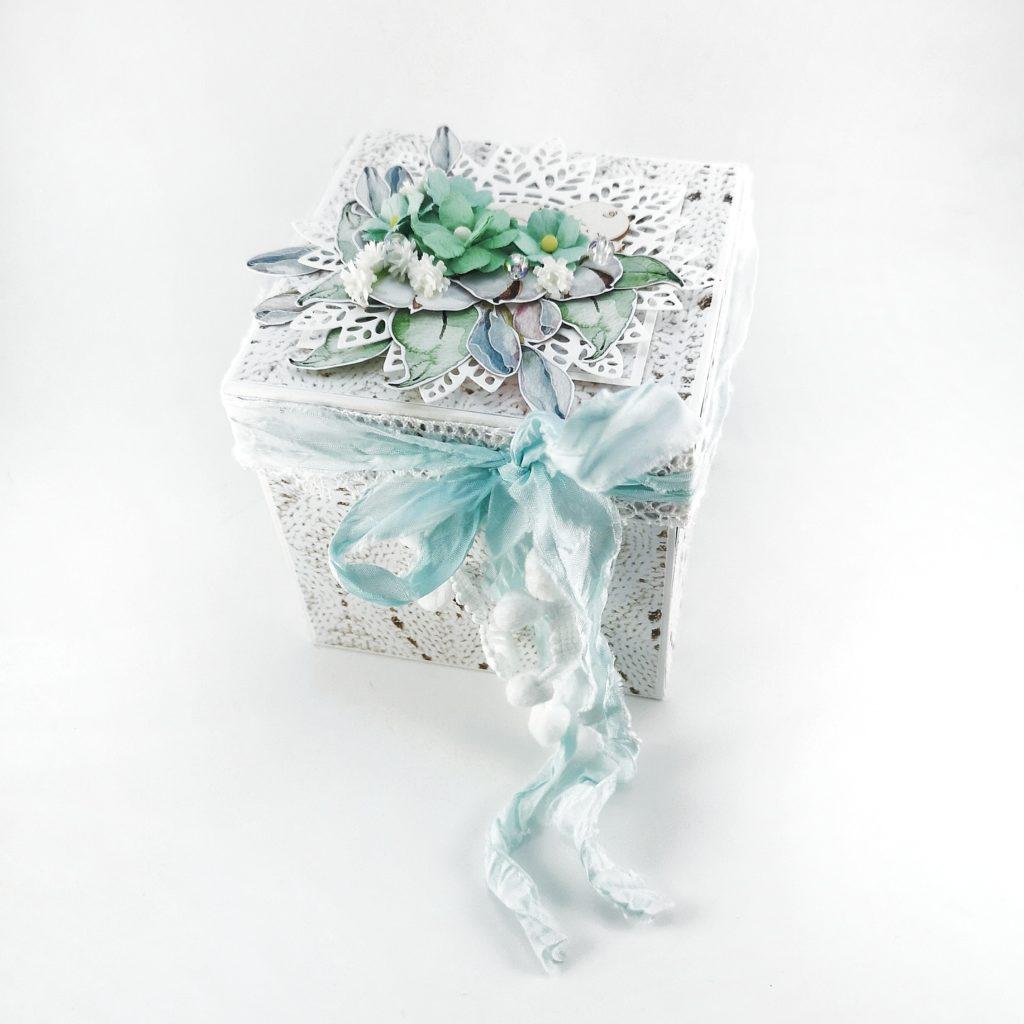 Delikatny exploding box w kolorze białym z miętowymi dodatkami. Prezent z okazji narodzin dziecka, chrztu, adopcji. Ręcznie robione prezenty od Heartwork.