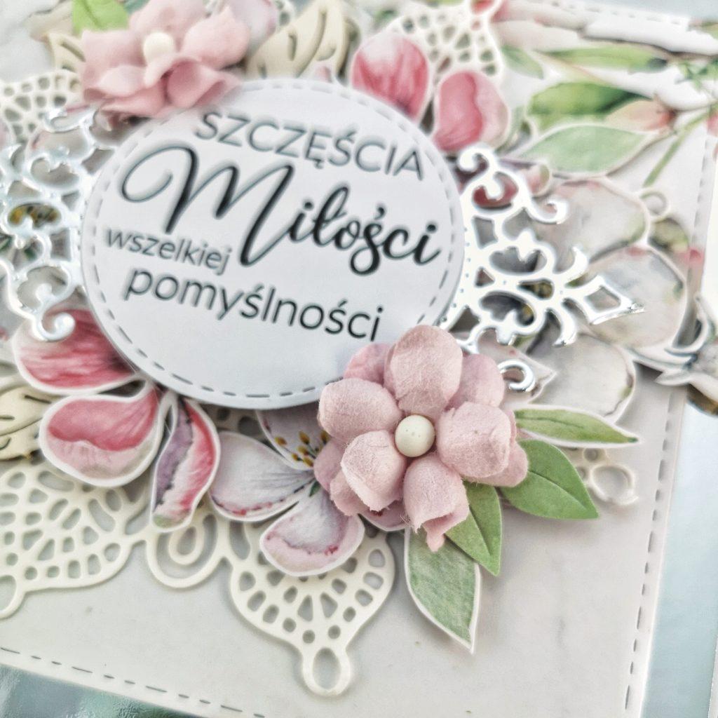 Ślubna kartka z papierowymi kwiatami. Ręcznie robiona kartka w prezencie ślubnym.