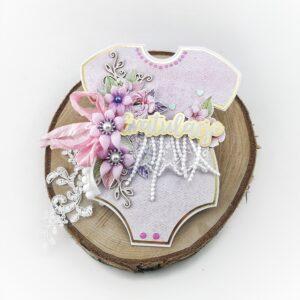 Ręcznie robiona kartka body. Różowo-fioletowa kartka bodziak ze złotymi elementami. Gratulacje z okazji narodzin dziewczynki.