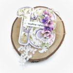 Kartka na osiemnastkę. Oryginalna kartka cyfra. Fioletowa kartka z ręcznie robionymi kwiatami na osiemnastkę dziewczyny.